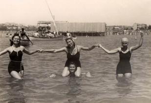 Kalamış'ta denize girenler ve arkada Aşod'un meşhur deniz hamamı, 1930'lar. Seyhun Binzet Koleksiyonu