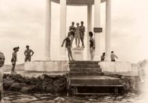 Süreyya Plajı'nda Bakireler Mabedi, 1950'ler. Büke Uras Arşivi.