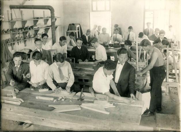 Hayata hazırlanmanın bir gereği olarak okutulan iş dersinde öğrenciler atölyede, 1930'lar. Suna ve İnan Kıraç Vakfı Fotoğraf Koleksiyonu.