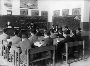 Galatasaray Lisesi mezunu, okulda Fransızca öğretmenliği ve müdürlük de yapan Fethi İsfendiyaroğlu derste öğrencileriyle, 1928. Galatasaray Üniversitesi Kültür ve Sanat Merkezi Koleksiyonu