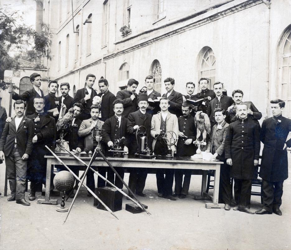 Mekteb-i Sultani bahçesinde ders gereçleriyle bir grup öğrenci, 1902-1903. Galatasaray Üniversitesi Kültür ve Sanat Merkezi Koleksiyonu.