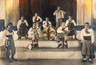 İzcilik ve müziğin buluşmasından doğan İz-Caz Orkestrası. Galatasaray Üniversitesi Kültür ve Sanat Merkezi Koleksiyonu.