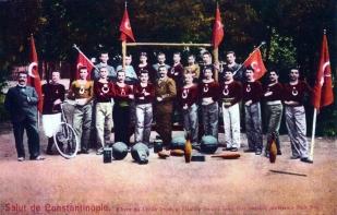 1880'lerde spor gösterileri yapan Ali Faik (Üstünidman) Bey'in öğrencileri. Suna ve İnan Kıraç Vakfı Fotoğraf Koleksiyonu.