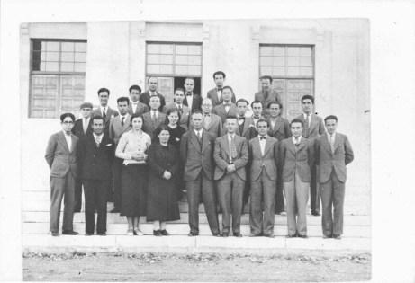 Gazi Eğitim Enstitüsü Müdürü İsmail Hakkı Tonguç (ön sırada soldan beşinci) 1934-1935 öğretim yılında bir grup öğretmen ve öğrenciyle Niyazi Altunya Arşivi
