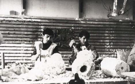 Gazi Resim-İş öğrencisi İsmail Saray (solda) modelaj atölyesinde, 1967 SALT Araştırma, İsmail Saray Arşivi