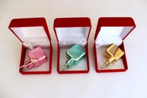 Fırat Engin, i-life serisi, iphone/ipad şarj adaptörü üzerine oksitli krom boya, kadiye takı kutusu, (her bir renk) 2019